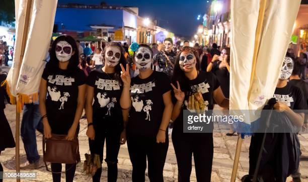 Amis en noir dans le Día de los Muertos Festival à Oaxaca