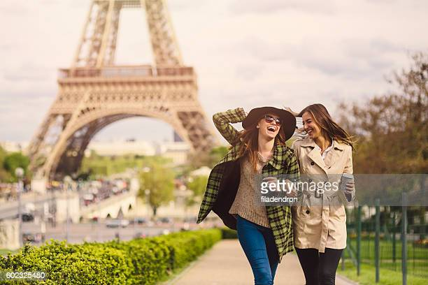 friends in paris - europe stock pictures, royalty-free photos & images