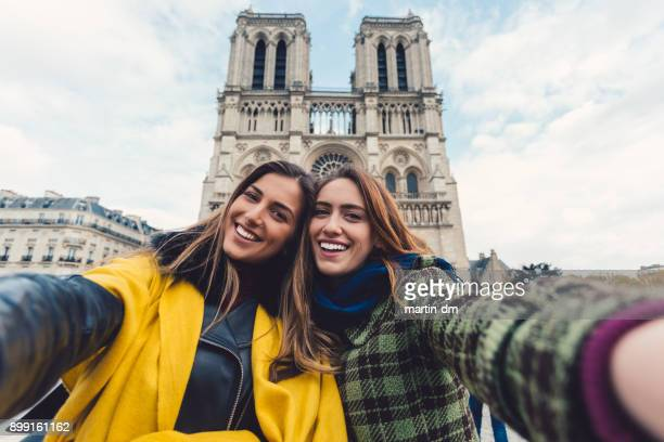 amis prenant un selfie à paris - tourisme photos et images de collection