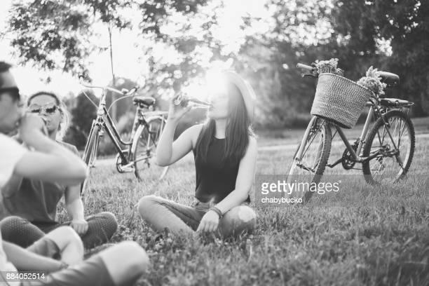 Amigos en parque público disfruta juntos