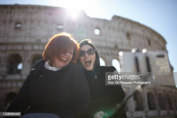 friends in rome taking selfie - nico de pasquale photography stock pictures, royalty-free photos & images