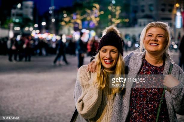 Vrienden in de stad bij nacht