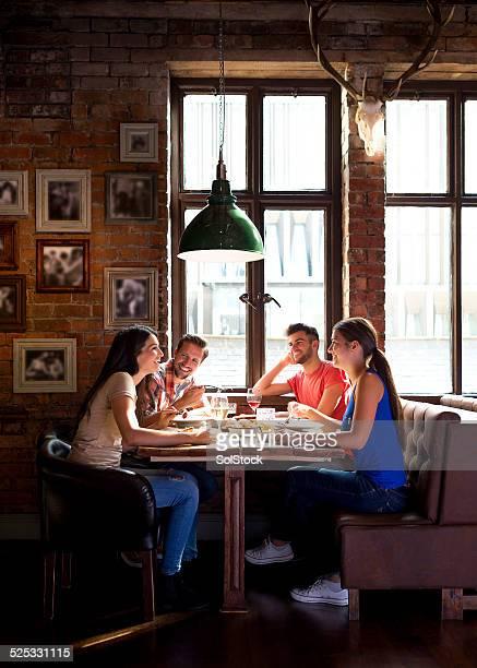 """freunde in der bar """"the pub"""" - illinois stock-fotos und bilder"""