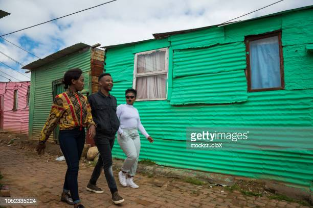 amigos nas cidades da áfrica - pobreza questão social - fotografias e filmes do acervo