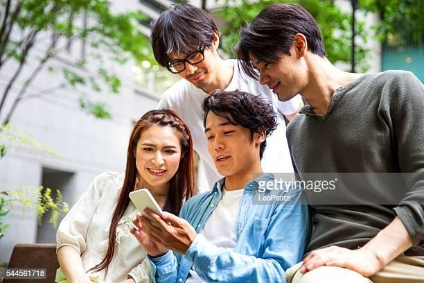 東京の友人たちにメール携帯電話屋外で
