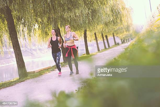 Amigos jogging no parque