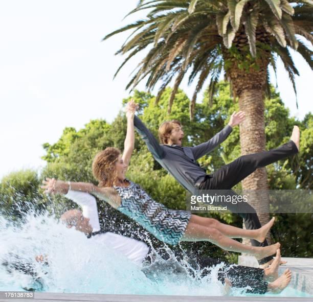 Amigos Saltar para trás para piscina