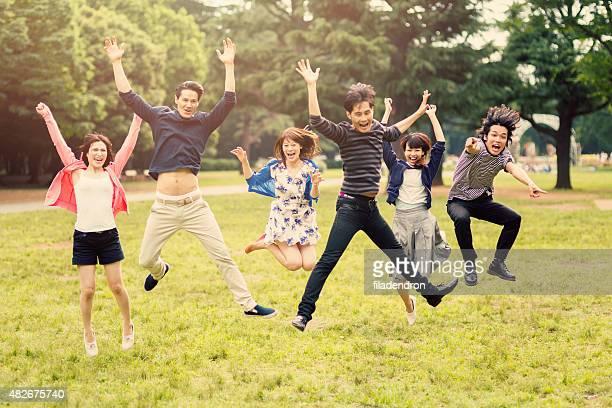 ご友人とご一緒に喜びのためにジャンプ