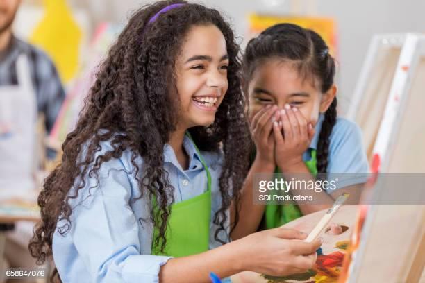 Amis rire ensemble au cours de l'art clas