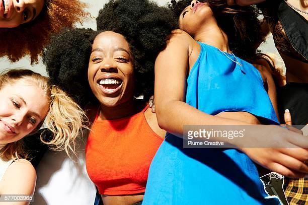 friends laughing at a party. - seulement des jeunes femmes photos et images de collection