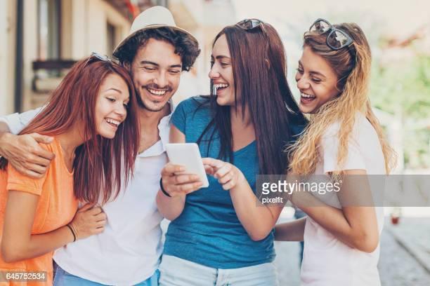 Vrienden lachen om de grappige boodschap