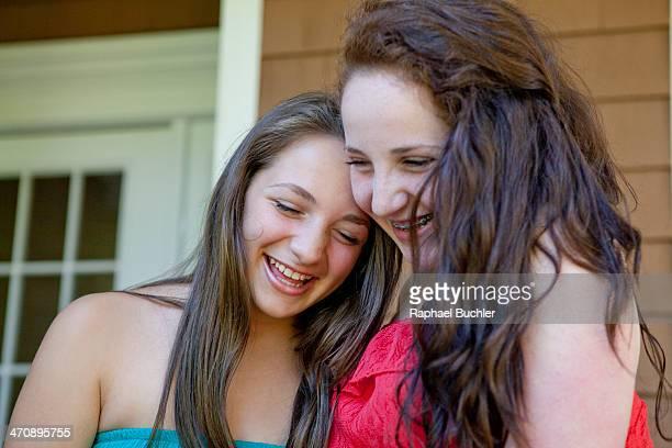 friends laughing - alleen tienermeisjes stockfoto's en -beelden