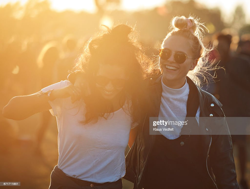 Friends laughing together at big festival : Foto stock