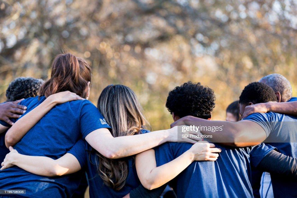 Vrienden koppelen armen in eenheid : Stockfoto