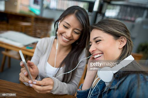 Friends listening to music at a cafe