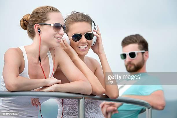 Gli amici ascoltando musica, viaggiare in barca