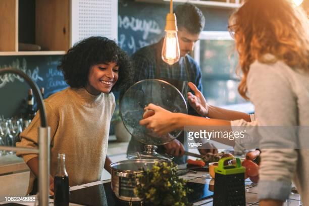 freunde wohnen und kochen zusammen - jonah heim stock-fotos und bilder