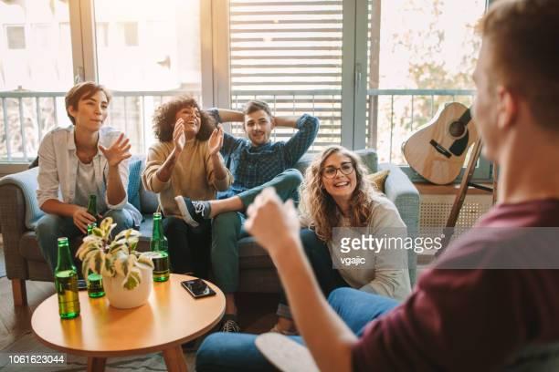 freunde, die zusammen leben - jonah heim stock-fotos und bilder