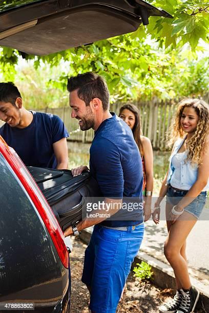 Freunde laden das Auto zu starten, einen großartigen Urlaub zusammen