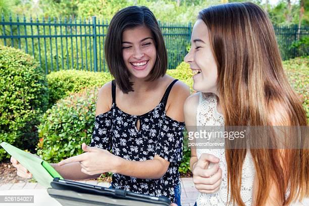 Freunde, die mit einem digitalen Tablet im Freien