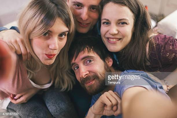 Amici facendo un selfie con uno smartphone.