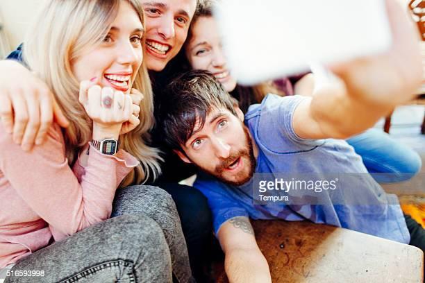 Amigos fazendo um selfie com um smartphone.