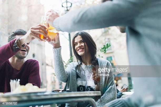 Amigos haciendo un brindis en Barcelona.