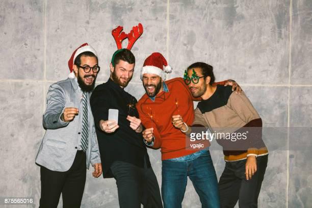 Freunde machen Weihnachten Selfies.