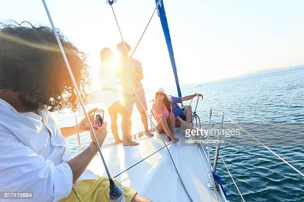 Freunde, die selfie auf einem Segelboot