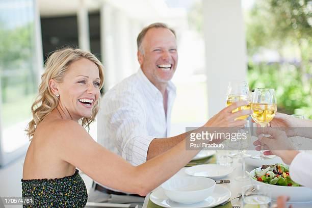 Amis faire un toast avec verres de vin
