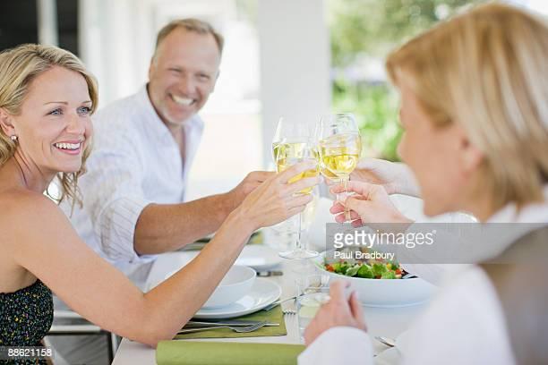Amigos que brinde con copas de vino