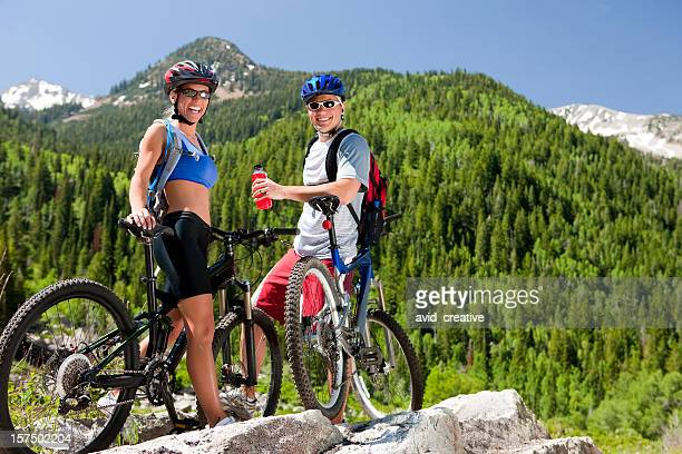 Freunde Mountainbiken zusammen