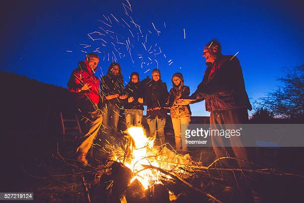 Lagerfeuer-Freunde in der Nähe