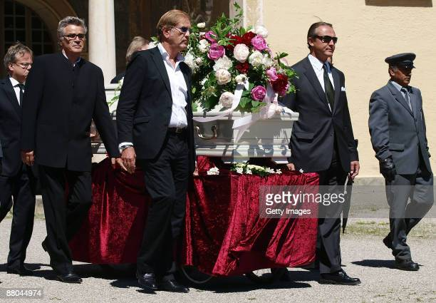 Friends of Barabara Rudnik carry the coffin during the funeral of German actress Barbara Rudnik at Nordfriedhof cemetery on May 29 2009 in Munich...