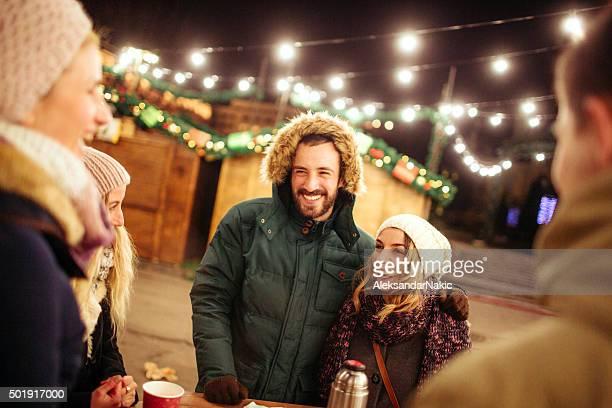 Freunde auf dem Weihnachtsmarkt