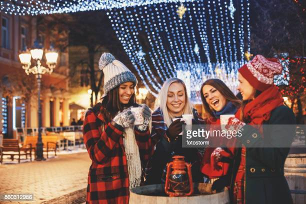 Freunde auf einer Weihnachtsnacht