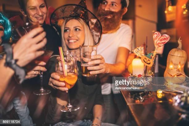 Amigos en la fiesta de Halloween