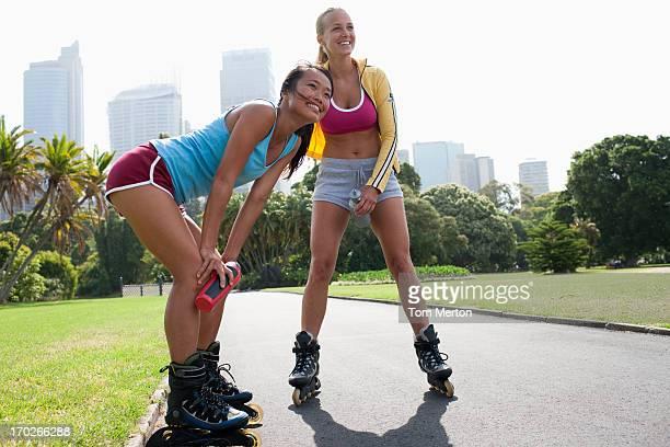 Amis sur patins à roulettes sur le parc