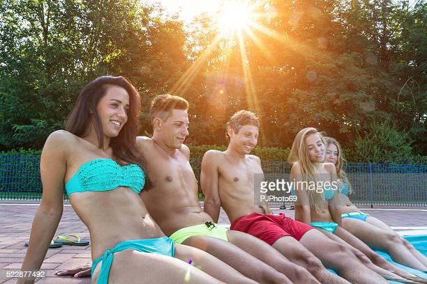 amigos de la piscina al anochecer - pjphoto69 fotografías e imágenes de stock
