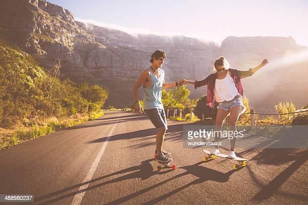 Freunde auf skateboards