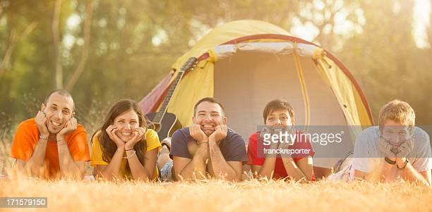 amis sur été vacances en camping - cinq personnes photos et images de collection