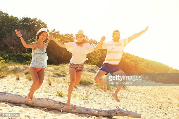 ご友人とご一緒にビーチでジャンプ