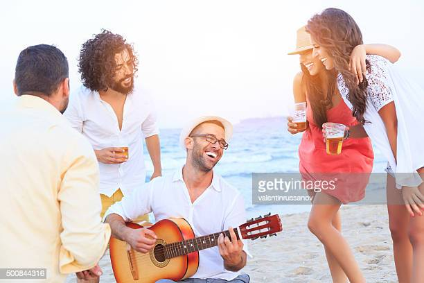 ご友人とご一緒にビーチでの歌