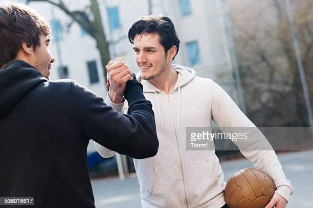 Freunde auf Urban Fußball Boden