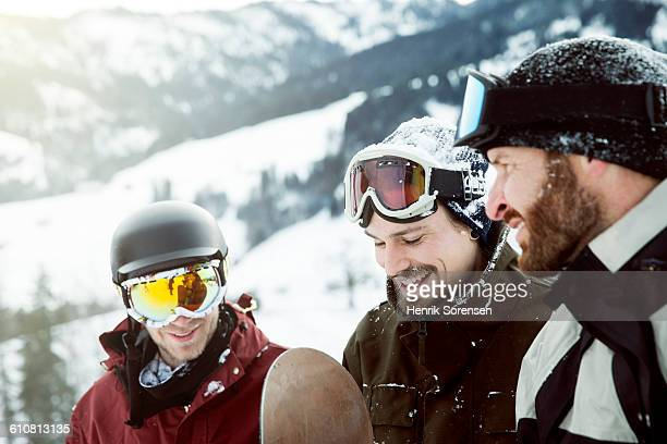 friends on winter holiday - wintersport stock-fotos und bilder