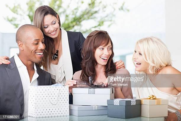 Amis ouverture des cadeaux