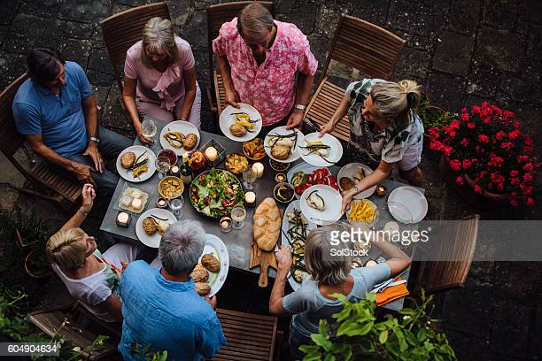 friends outdoors dining - the brunch stock pictures, royalty-free photos & images