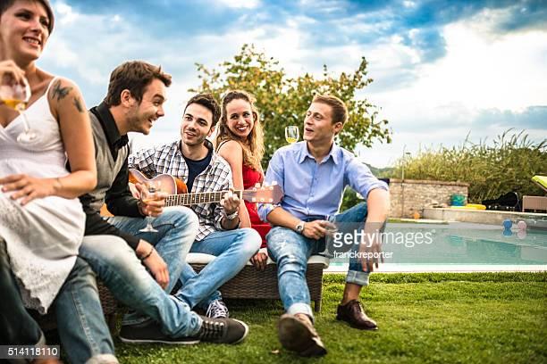 Feliz grupo de amigos e hora