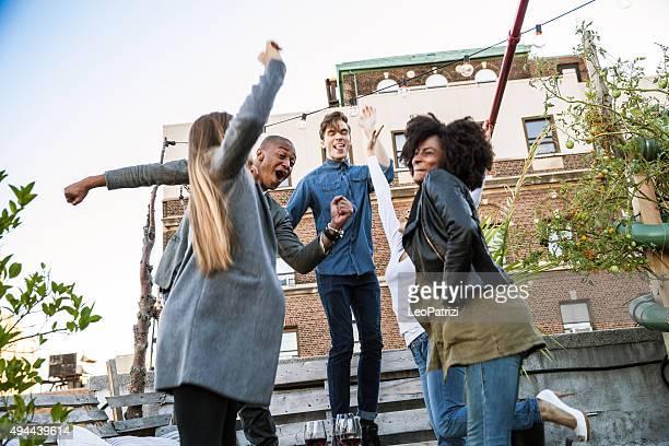 Amis fête sur le toit de l'hôtel de Manhattan, à New York