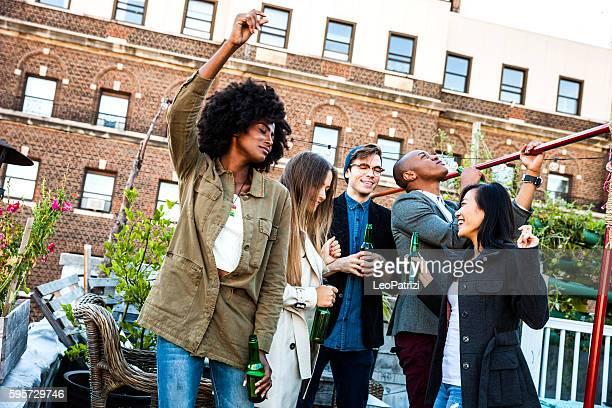 Freunde feiern auf Dach in New York Manhattan,